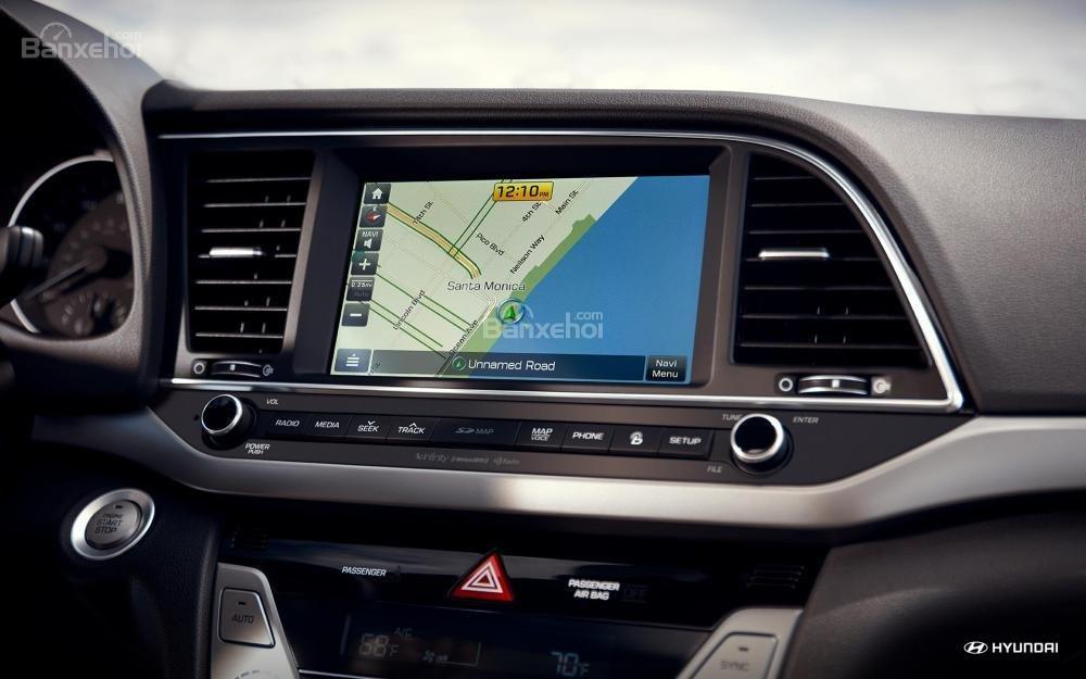 Đánh giá xe Hyundai Elantra 2018 về trang bị tiện ích 1