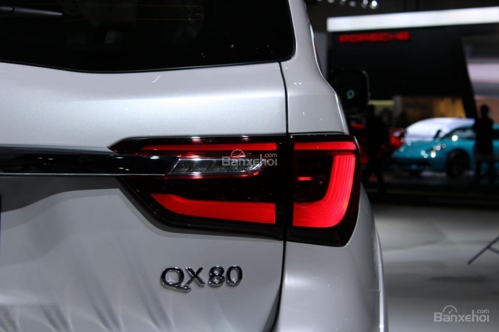 Đánh giá xe Infiniti QX80 2018: Đèn hậu cũng có thiết kế vuông vức.