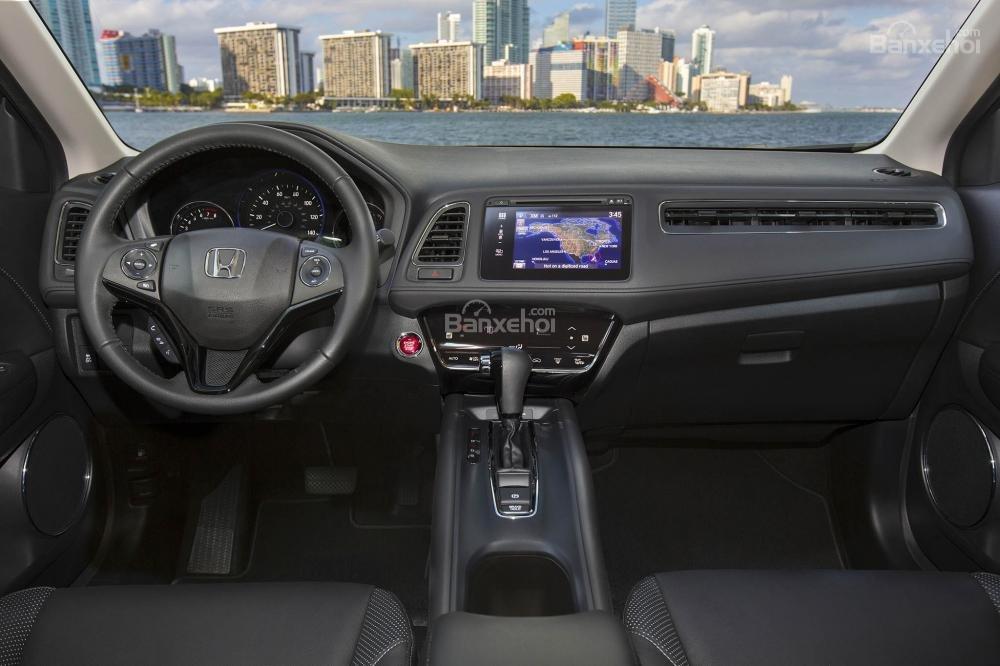 So sánh xe Toyota C-HR 2018 và Honda HR-V 2018 về chất lượng nội thất.