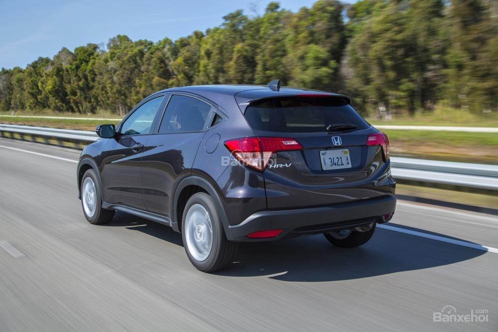 So sánh xe Toyota C-HR 2018 và Honda HR-V 2018 về khả năng tiết kiệm nhiên liệu.
