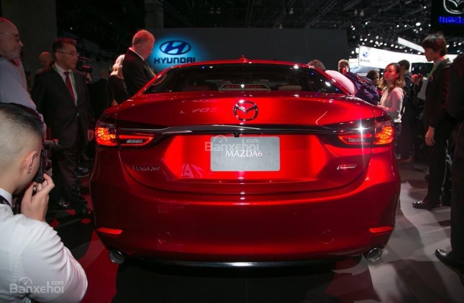 Đánh giá xe Mazda 6 2018: Đuôi xe nhìn chính diện.