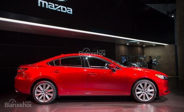Đánh giá xe Mazda 6 2018: Thân xe nhìn nghiêng.
