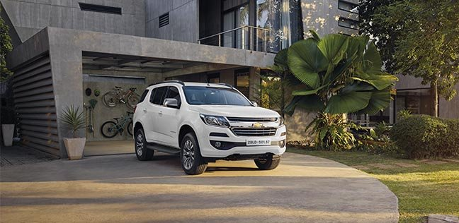 Ảnh chụp xe Chevrolet Trailblazer 2018 màu trắng từ phía trước