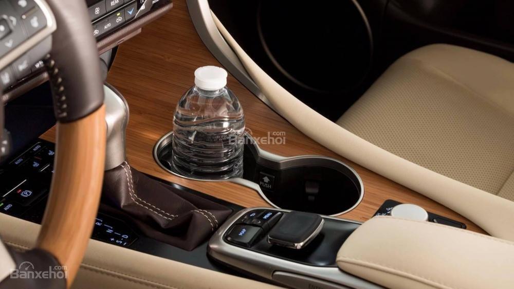 Đánh giá xe Lexus RX L 2018: Khu vực cần số và hộc chứa đồ hàng ghế lái.