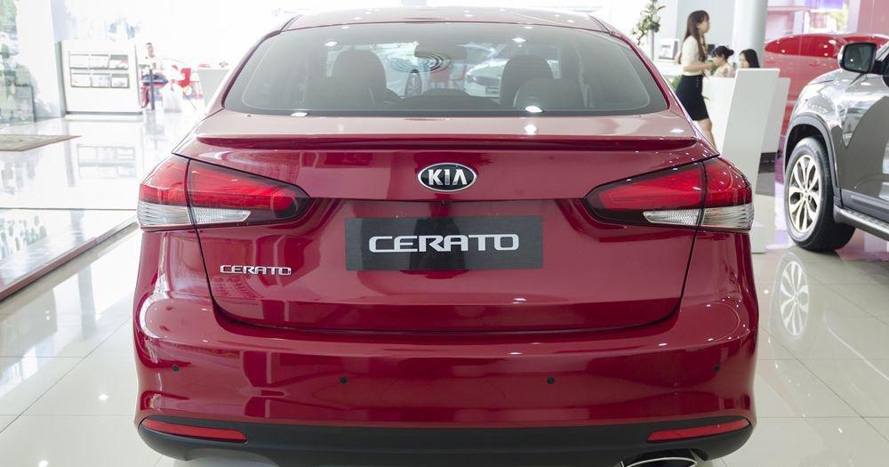 So sánh xe Toyota Vios 2017 và Kia Cerato 2017 về đuôi xe 4