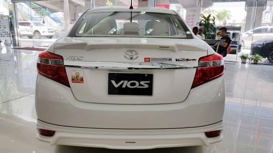 So sánh xe Toyota Vios 2017 và Kia Cerato 2017 về đuôi xe.