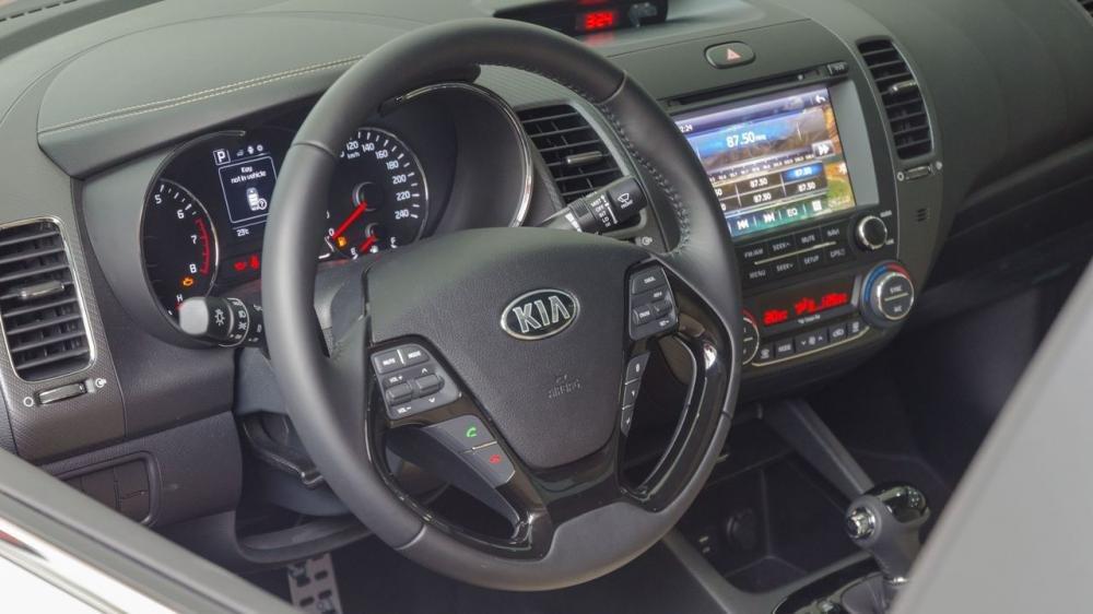 So sánh xe Chevrolet Cruze 2018 và Kia Cerato 2018 về táp lô và vô-lăng 3
