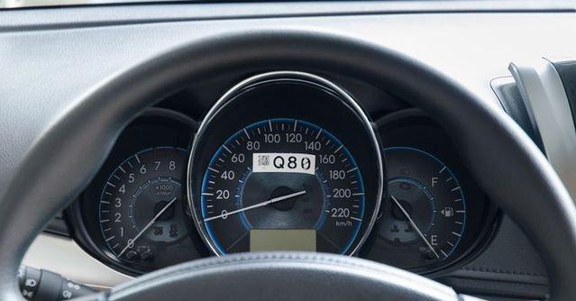 So sánh xe Toyota Vios 2017 và Kia Cerato 2017 về đồng hồ lái.
