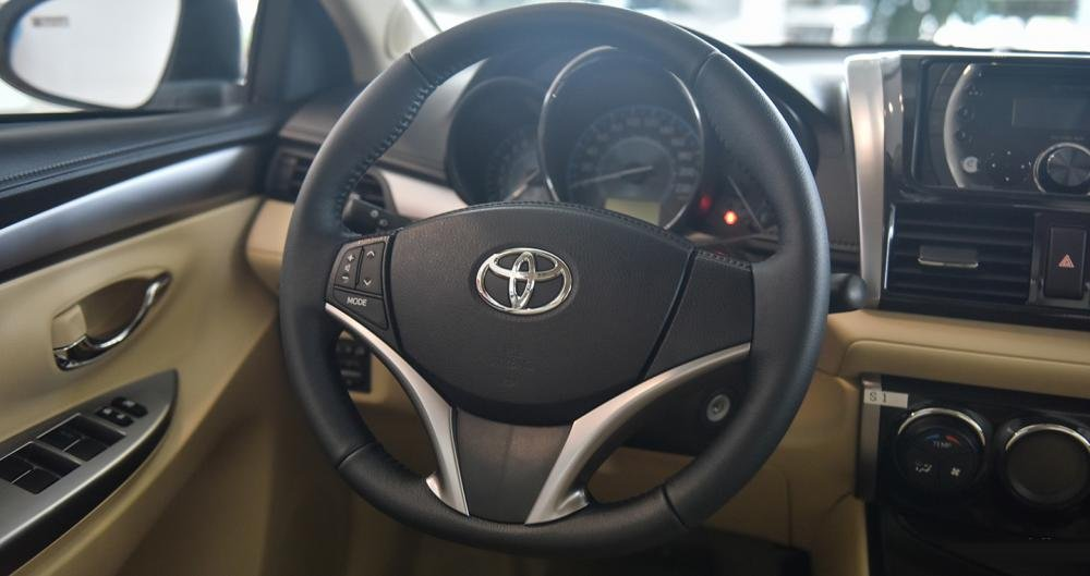 So sánh xe Toyota Vios 2017 và Kia Cerato 2017 về tay lái.