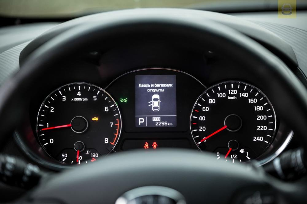 So sánh xe Toyota Vios 2017 và Kia Cerato 2017 về đồng hồ lái3