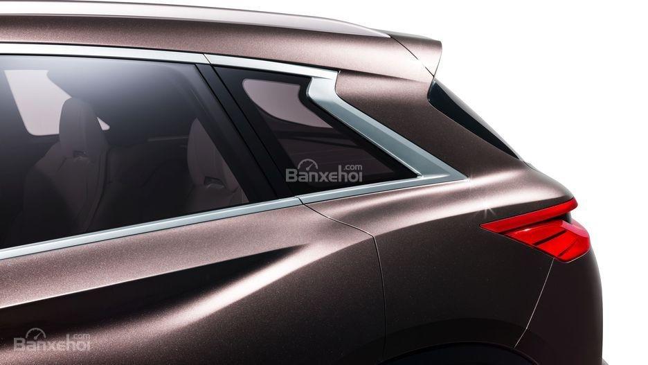Đánh giá xe Infiniti QX50: Kính ghế ngồi sau có thiết kế khá lạ.