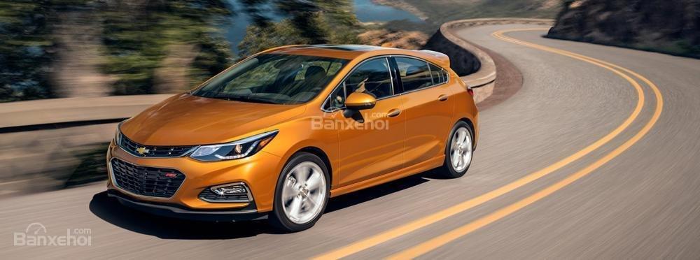 Chevrolet Cruze hatchback 2018 có 2 lựa chọn động cơ tăng áp xăng và dầu.