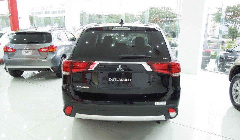 Ảnh chụp đuôi xe Mitsubishi Outlander 2018 bản 7 chỗ