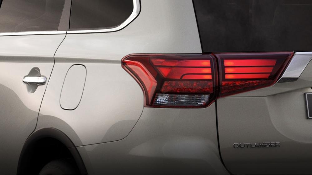 Ảnh chụp đèn hậu xe Mitsubishi Outlander 2018 bản 7 chỗ