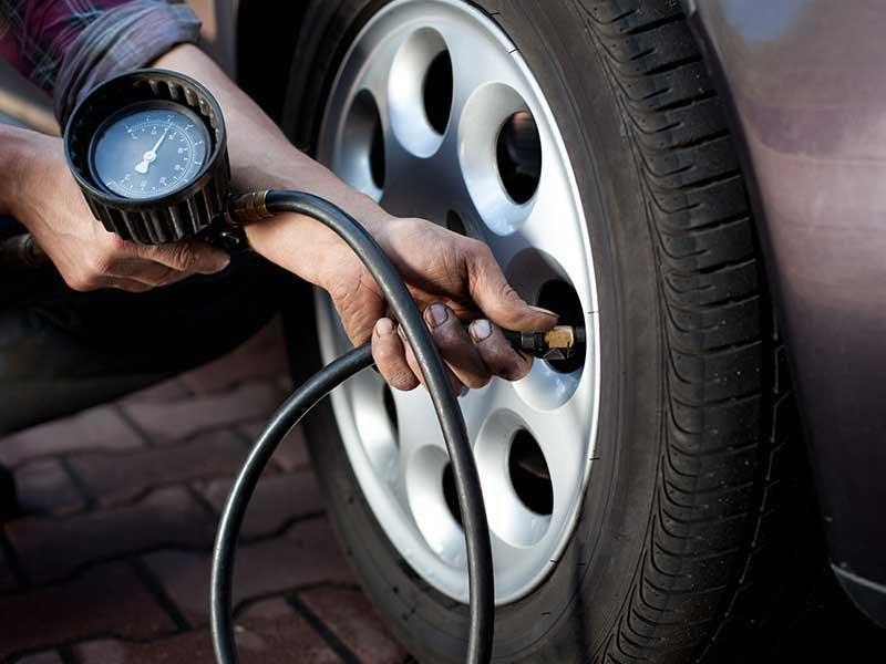 Mẹo xử lý khi xe ô tô bị thủng lốp giữa đường