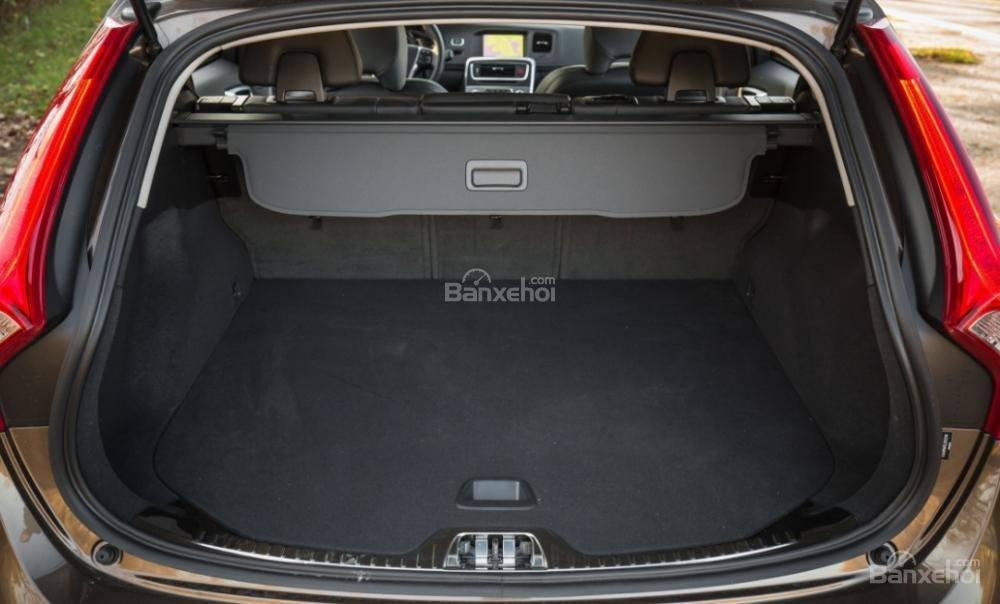 Khoang hành lý của Volvo V60 2018 có dung tích 566 lít