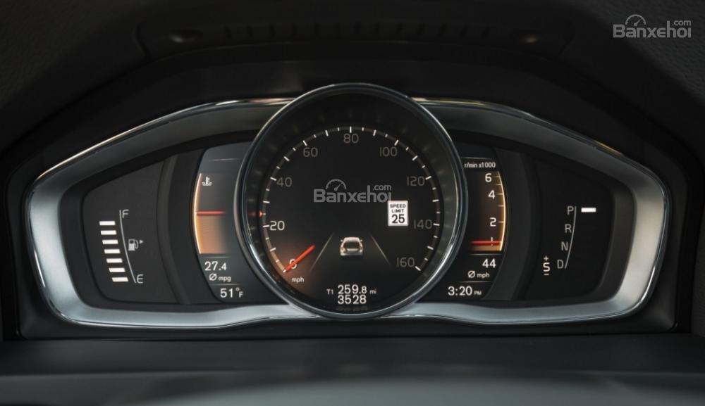 Đánh giá xe Volvo V60 2018 về thiết kế nội thất: Đồng hồ kỹ thuật số LCD là trang bị tiêu chuẩn cho các phiên bản cao cấp