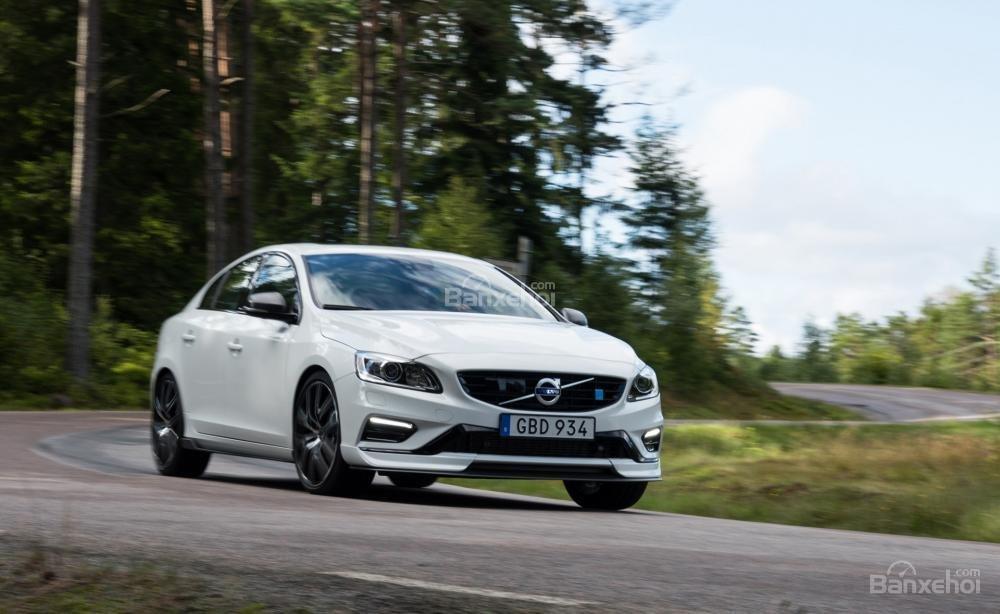 Volvo V60 2018 mang đến khả năng giảm xóc tuyệt vời cùng khả năng di chuyển vững chãi