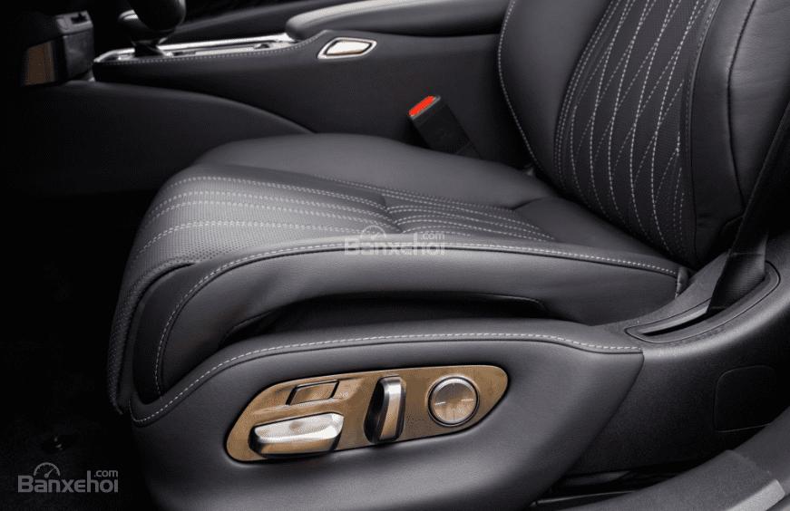 Đánh giá xe Lexus LS 2018 về hệ thống ghế ngồi: Các núm chức năng ở ngay bên cạnh ghế
