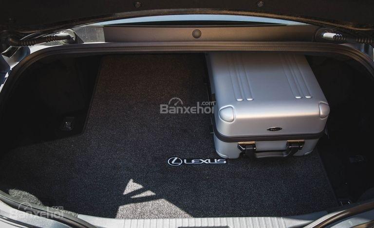 Đánh giá xe Lexus LC 2018: Khoang hành lý khá nhỏ.
