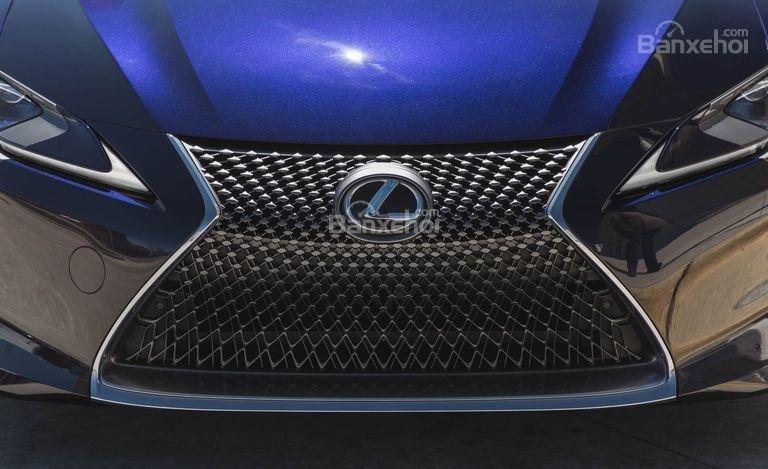 Đánh giá xe Lexus LC 2018: Lưới tản nhiệt đặc trưng của hãng.