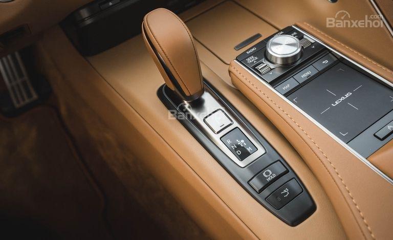 Đánh giá xe Lexus LC 2018: Cần gạt số.