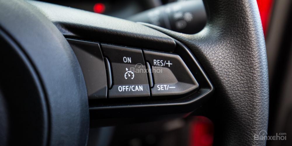 Đánh giá xe Mazda 2 2017-2018: Nút điều khiển trên vô lăng.