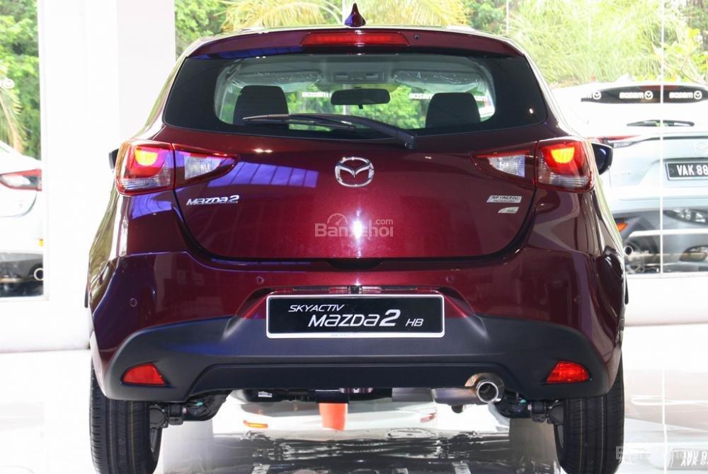 Đánh giá xe Mazda 2 2017-2018: Đuôi xe có kích thước phù hợp.