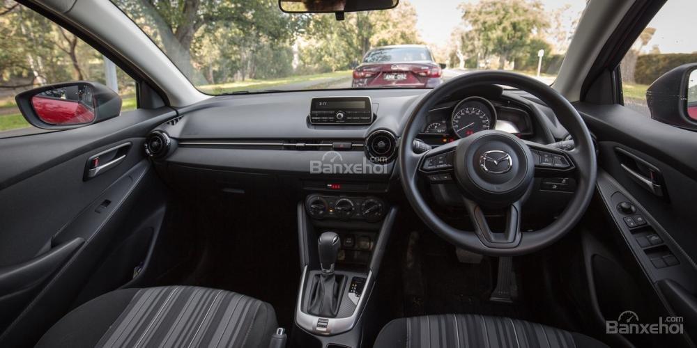 Đánh giá xe Mazda 2 2017-2018: Khoang nội thất có nhiều nâng cấp.