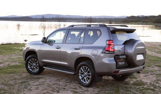 So sánh xe Toyota Land Cruiser Prado 2018 và Ford Explorer 2018 về đuôi xe.