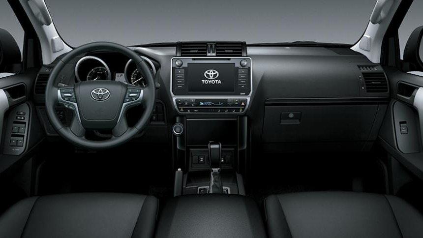 So sánh xe Toyota Land Cruiser Prado 2018 và Ford Explorer 2018 về nội thất: Xe Nhật hơi thiếu trang bị.