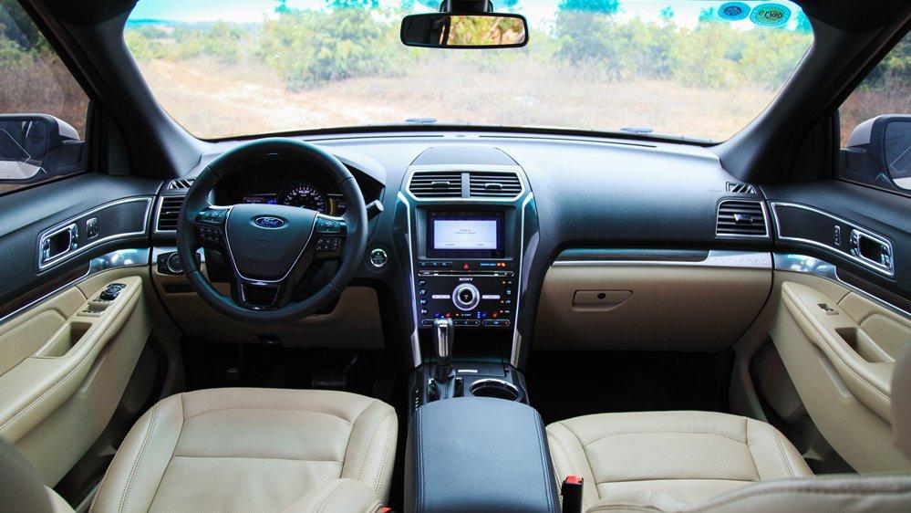 So sánh xe Toyota Land Cruiser Prado 2018 và Ford Explorer 2018 về nội thất: Xe Nhật hơi thiếu trang bị 3
