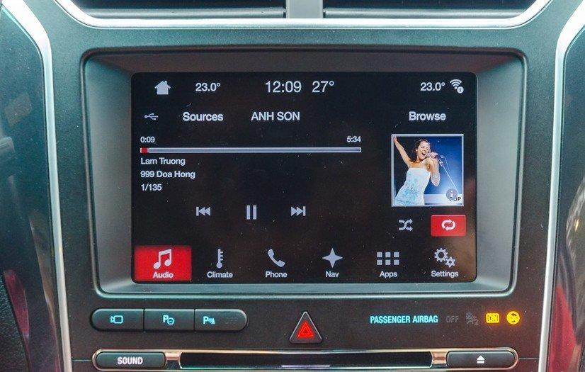So sánh xe Toyota Land Cruiser Prado 2018 và Ford Explorer 2018 về trang bị giải trí 3