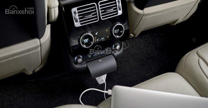 Đánh giá xe Land Rover Range Rover 2018: Cửa gió điều hòa và trang bị tiện ích cho hàng ghế sau.