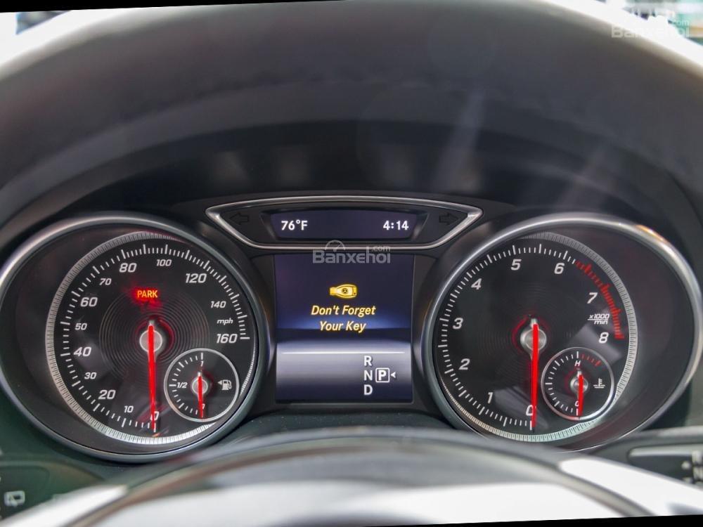 Đánh giá xe Mercedes-Benz GLA 2018: Bảng đồng hồ lái màu đen dễ quan sát//