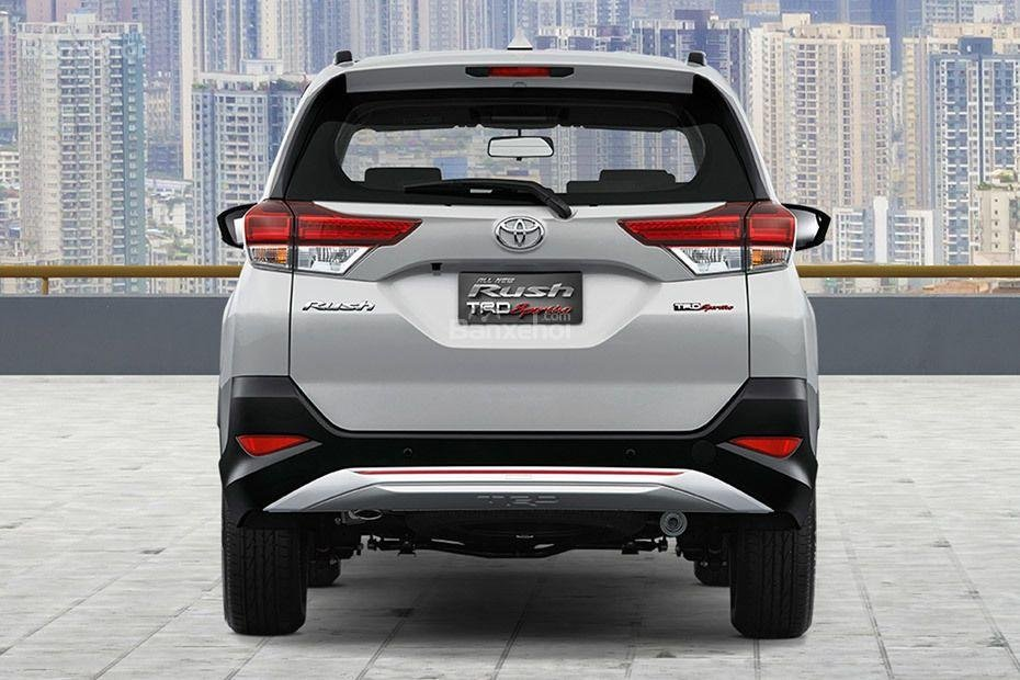 Đánh giá xe Toyota Rush 2018: Đuôi xe.