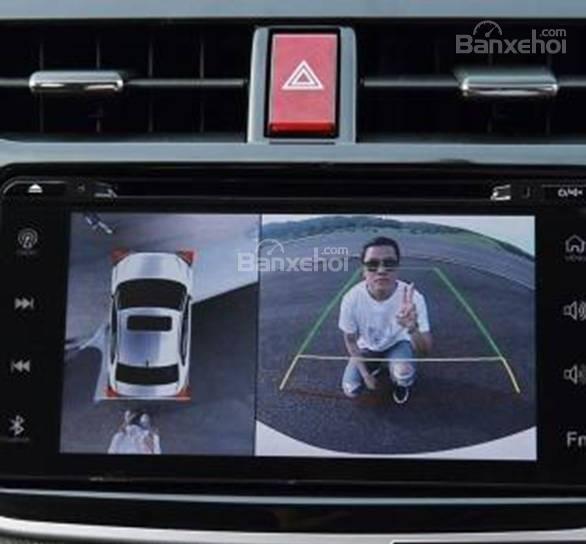 Đánh giá xe Toyota Rush 2018: Xe được trang bị camera lùi.
