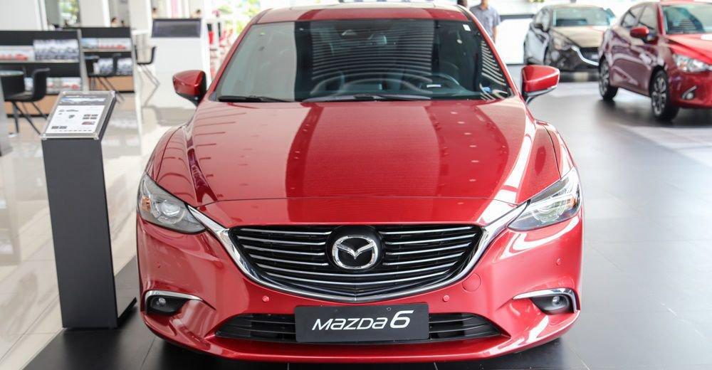 So sánh xe Mazda 6 2018 và Toyota Camry 2018 về đầu xe 3