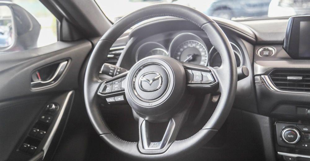 So sánh xe Mazda 6 2018 và Toyota Camry 2018 về vô-lăng.