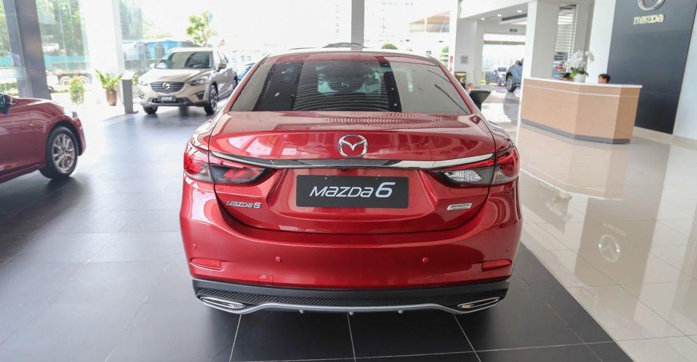So sánh xe Mazda 6 2018 và Toyota Camry 2018 về đuôi xe 3