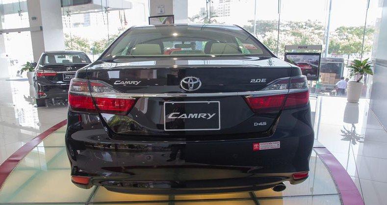 So sánh xe Mazda 6 2018 và Toyota Camry 2018 về đuôi xe.