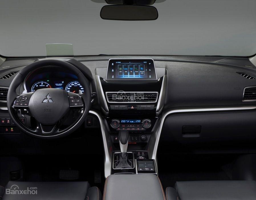 Đánh giá xe Mitsubishi Eclipse Cross 2018: Khoang nội thất không quá sang trọng.
