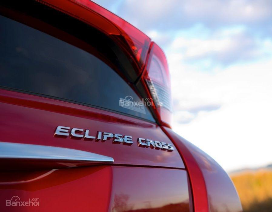 Đánh giá xe Mitsubishi Eclipse Cross 2018: Logo phía đuôi xe.