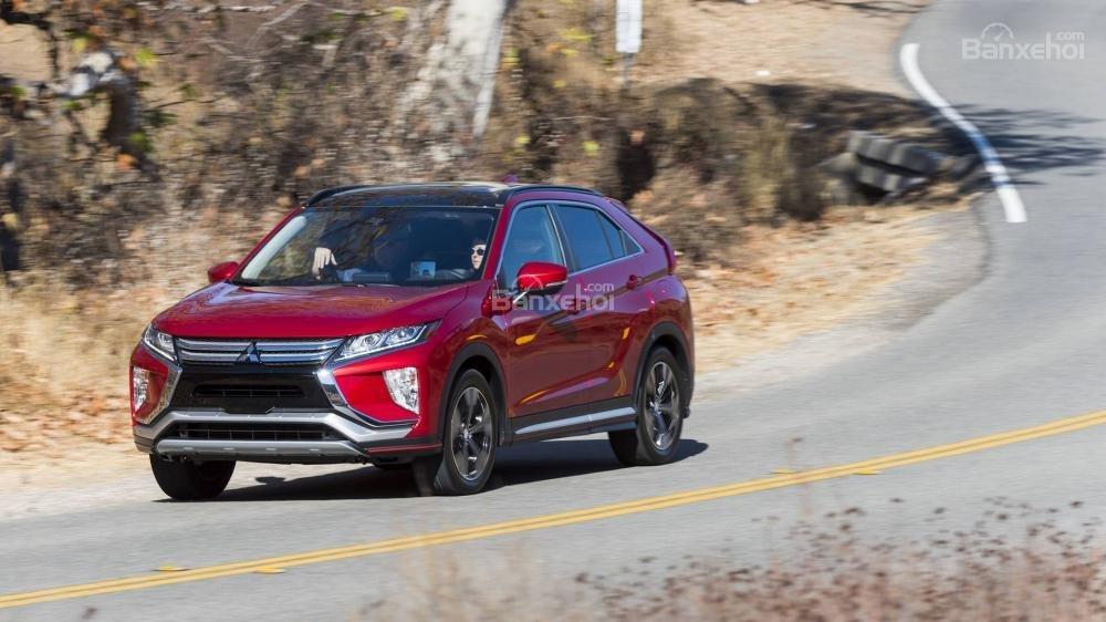 Đánh giá xe Mitsubishi Eclipse Cross 2018: Xe xử lý tốt khi gặp ổ gà.