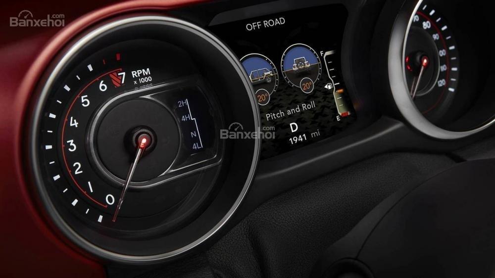 Đánh giá xe Jeep Wrangler 2018 về bảng đồng hồ lái a1