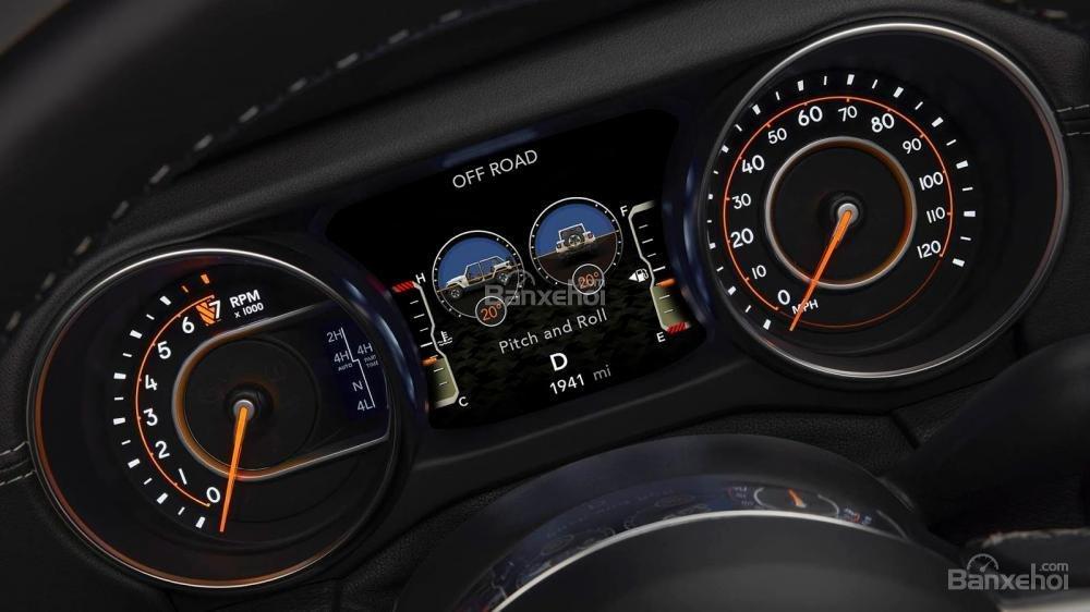 Đánh giá xe Jeep Wrangler 2018 về bảng đồng hồ lái a3