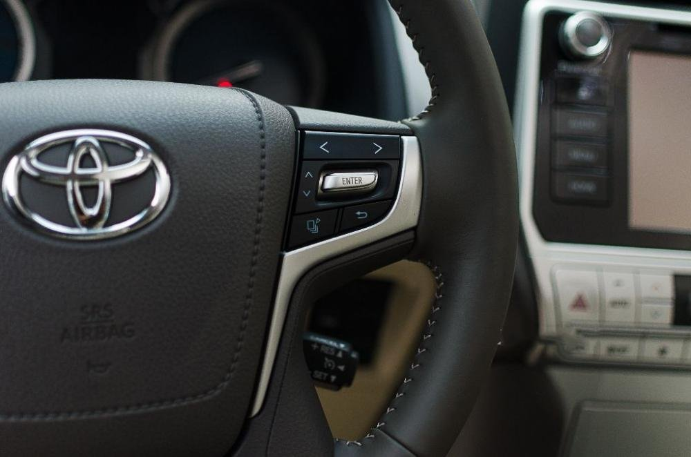 Đánh giá xe Toyota Land Cruiser Prado 2018: Vô-lăng tích hợp các nút điều khiển chức năng a2