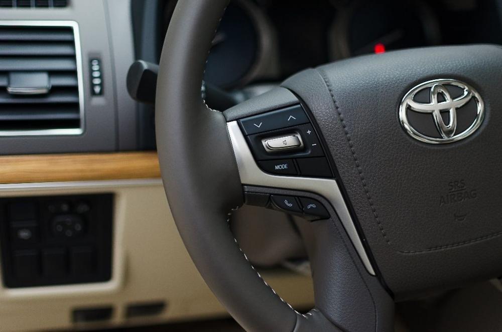 Đánh giá xe Toyota Land Cruiser Prado 2018: Vô-lăng tích hợp các nút điều khiển chức năng a1