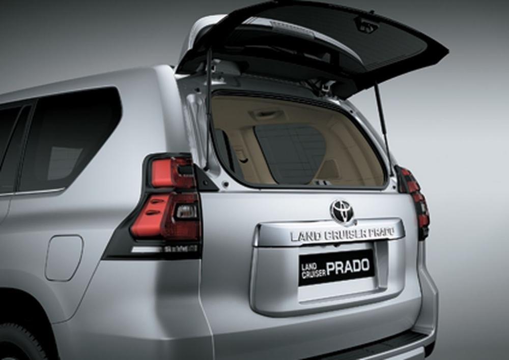 Đánh giá xe Toyota Land Cruiser Prado 2018 về khoang hành lý a2