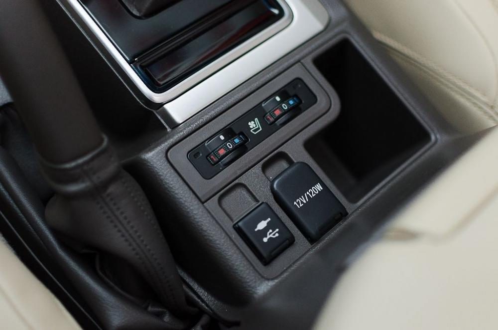 Đánh giá xe Toyota Land Cruiser Prado 2018: Khu vực các cổng kết nối với thiết bị ngoài.